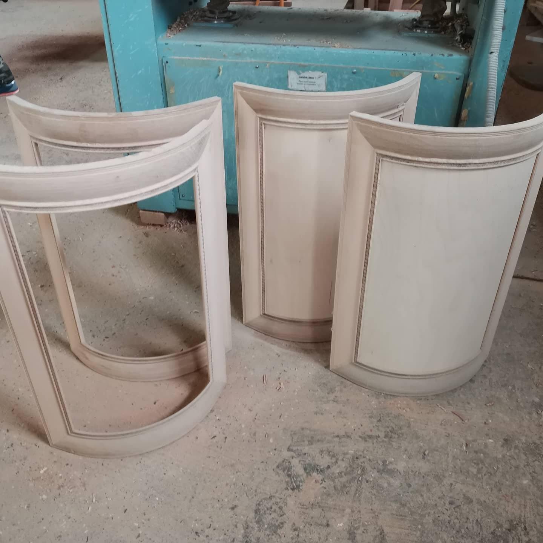 Распродажа радиусных фасадов из массива ольхи, под покраску эмалью. Модель Ника. 2 шт под стекло, 2 глухие с плоской филенкой. Цена с учетом скидки (40%), за все 4 шт всего 10.000р!