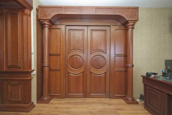 Деревянные колонны дверной проем